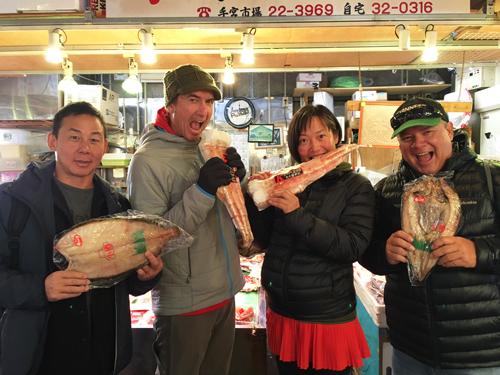 鱗友市場内の小樽木村商店にご来店されたお客様です